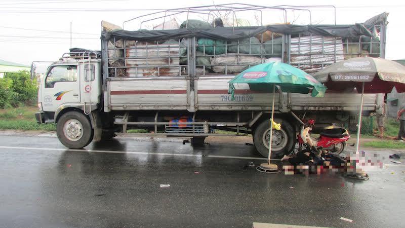 Xe máy tông đuôi xe tải, 3 thiếu niên tử vong 1