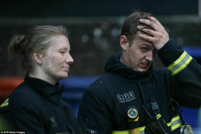 Khung cảnh đẫm nước mắt sau vụ cháy kinh hoàng ở tòa tháp 27 tầng 7