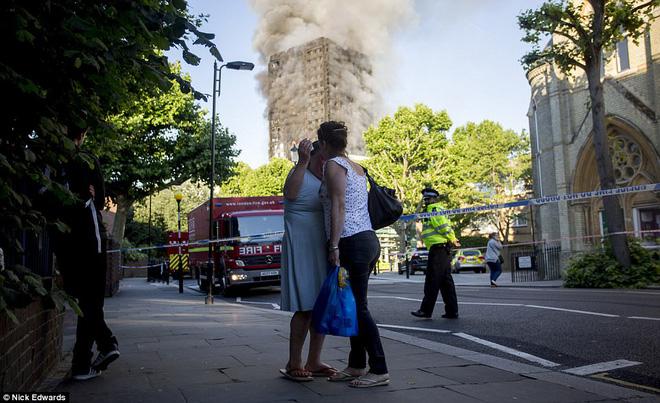 Khung cảnh đẫm nước mắt sau vụ cháy kinh hoàng ở tòa tháp 27 tầng 8