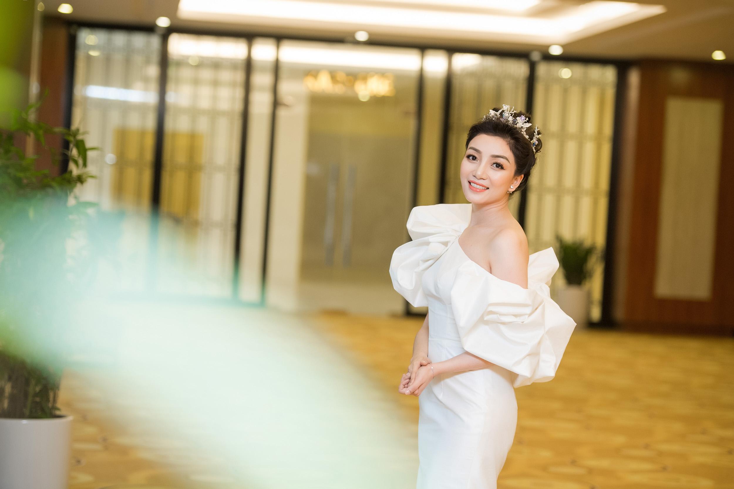 Hình ảnh Hoa mi bán cổ điển Phạm Thu Hà quyến rũ với đầm trắng số 4
