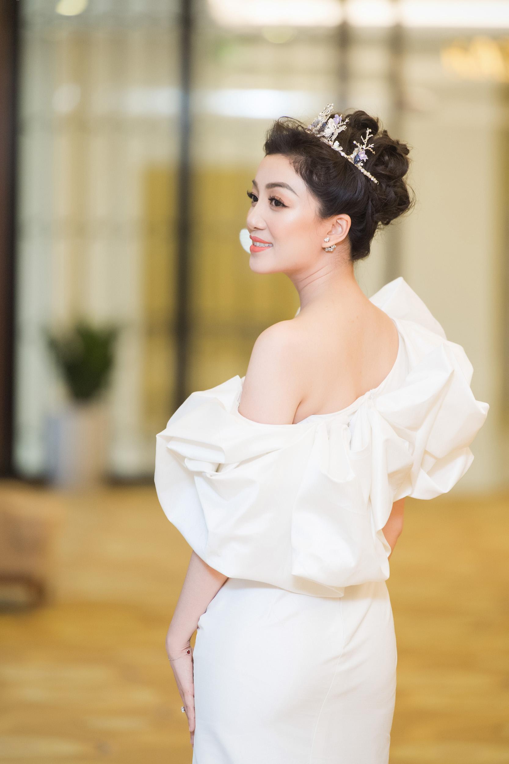 Hình ảnh Hoa mi bán cổ điển Phạm Thu Hà quyến rũ với đầm trắng số 5