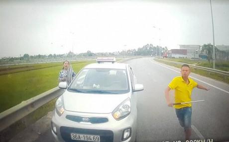 Hình ảnh Thông tin mới vụ tài xế taxi chạy ngược chiều, rút tuýp sắt đe dọa số 1