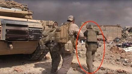Hình ảnh Cựu binh Mỹ liều mình hứng mưa đạn IS cứu bé gái 5 tuổi số 1