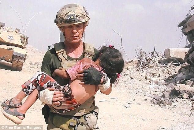Hình ảnh Cựu binh Mỹ liều mình hứng mưa đạn IS cứu bé gái 5 tuổi số 2