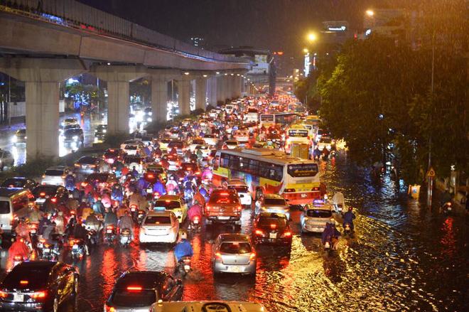 Hình ảnh Hà Nội mưa lớn, phố ngập như sông, giao thông hỗn loạn số 1