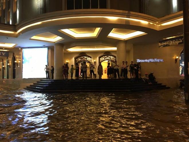 Hình ảnh Hà Nội mưa lớn, phố ngập như sông, giao thông hỗn loạn số 3