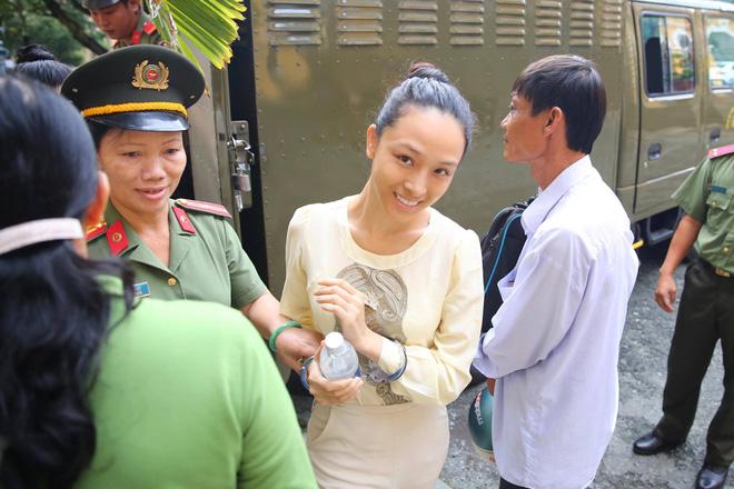 Phiên tòa xét xử lần 2: Hoa hậu Trương Hồ Phương Nga cười tươi khi được dẫn giải 1