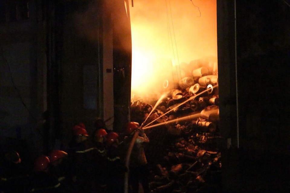 Cháy nổ lớn tại cảng Sài Gòn, nhiều lính cứu hỏa bị thương 1