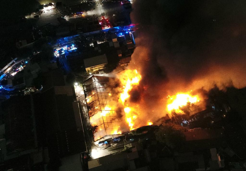 Cháy nổ lớn tại cảng Sài Gòn, nhiều lính cứu hỏa bị thương 2