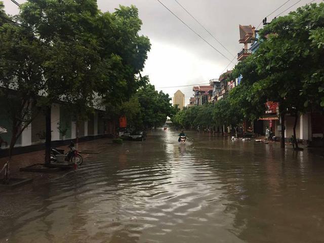 Thái Nguyên mưa lớn ngập nặng, xe quân dụng được điều động để giúp dân 2