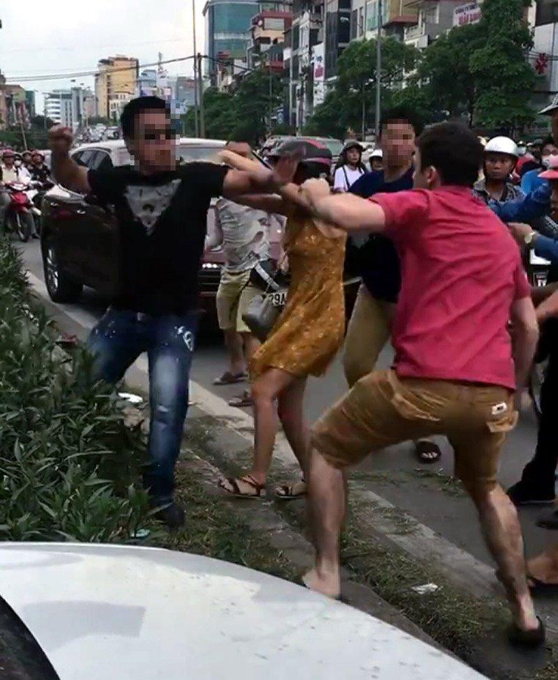 Hà Nội: Người nước ngoài bị 2 thanh niên hành hung sau va chạm giao thông 3