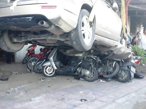 Đạp nhầm chân ga, ô tô nghiền nát 11 xe máy dưới gầm 1