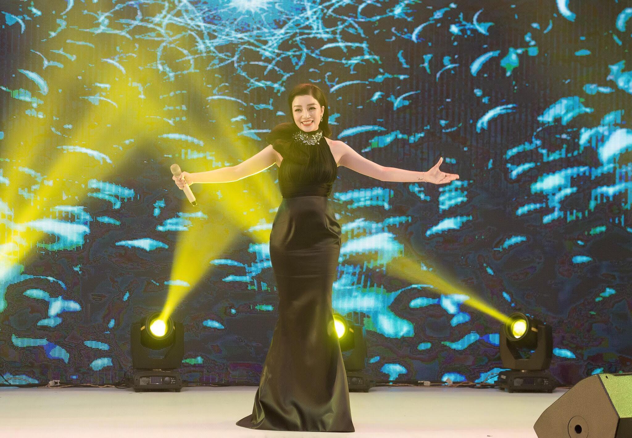 Ngẩn ngơ ngắm nhan sắc ca sĩ Phạm Thu Hà lộng lẫy trong sự kiện 3