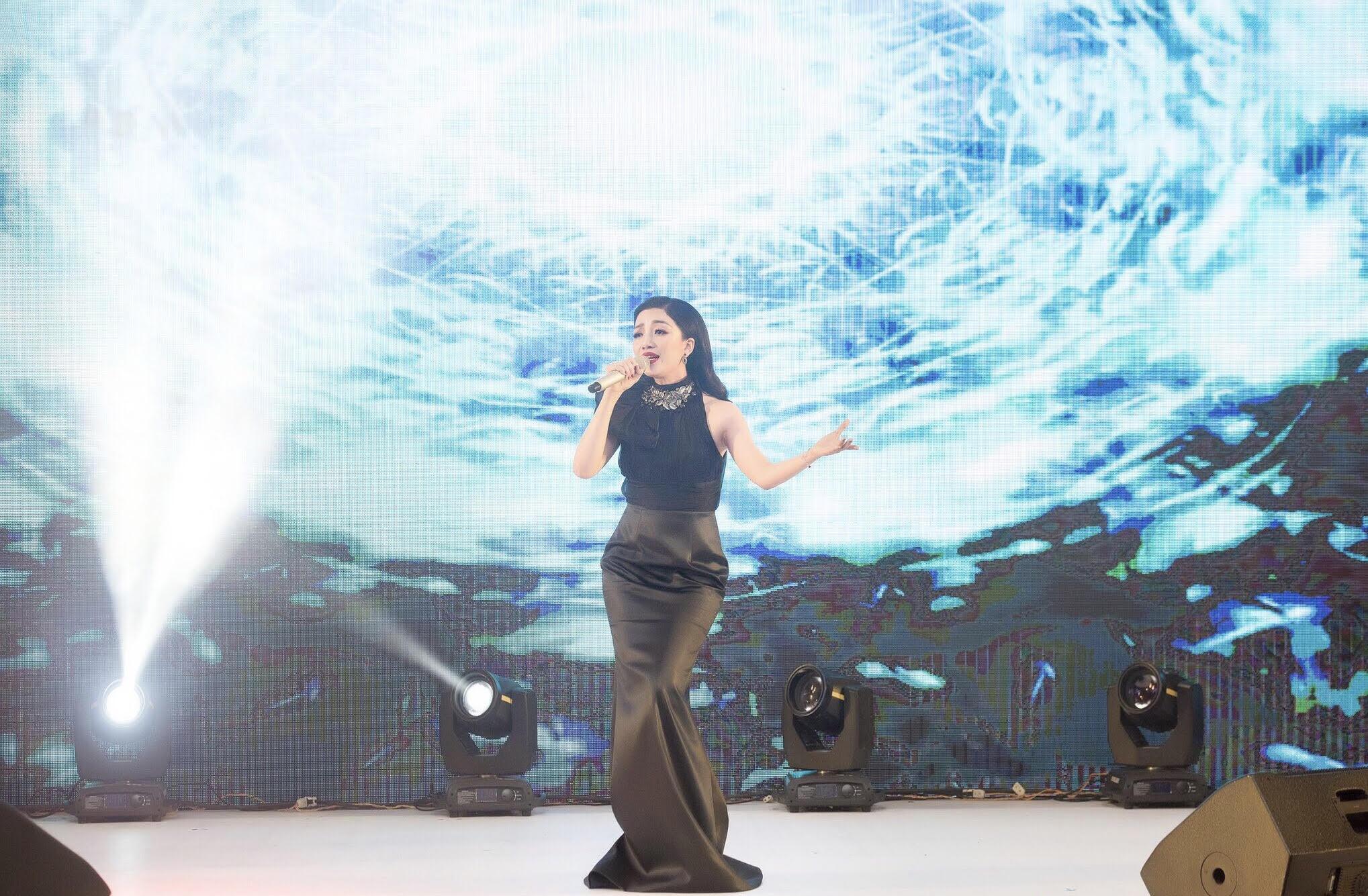 Ngẩn ngơ ngắm nhan sắc ca sĩ Phạm Thu Hà lộng lẫy trong sự kiện 4