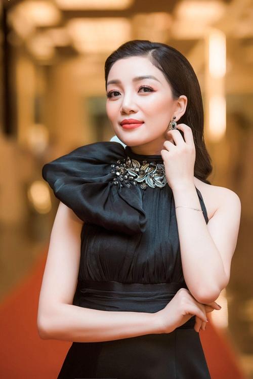 Ngẩn ngơ ngắm nhan sắc ca sĩ Phạm Thu Hà lộng lẫy trong sự kiện 6