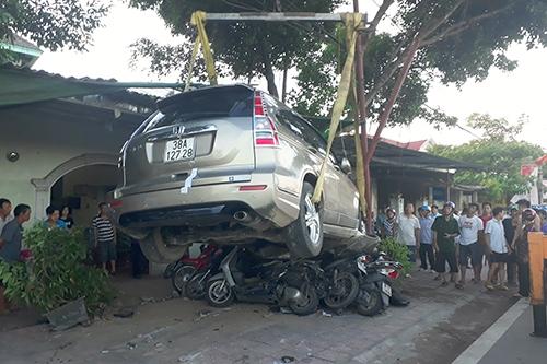 Đạp nhầm chân ga, ô tô nghiền nát 11 xe máy dưới gầm 2