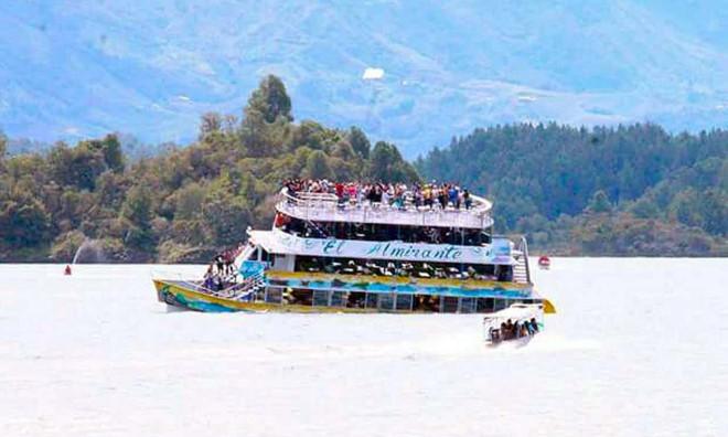 Tàu du lịch 4 tầng chở 150 người chìm ở Colombia 1