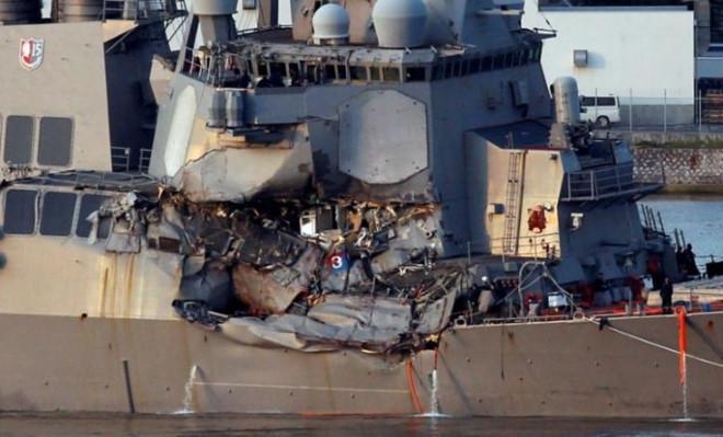 Tàu chiến Mỹ gặp nạn do không né tránh dù tàu hàng đã cảnh báo va chạm 1