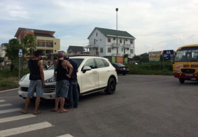 Hình ảnh Giang hồ hỗn chiến, bỏ lại xế hộp Porsche cùng xe bán tải móp méo số 1