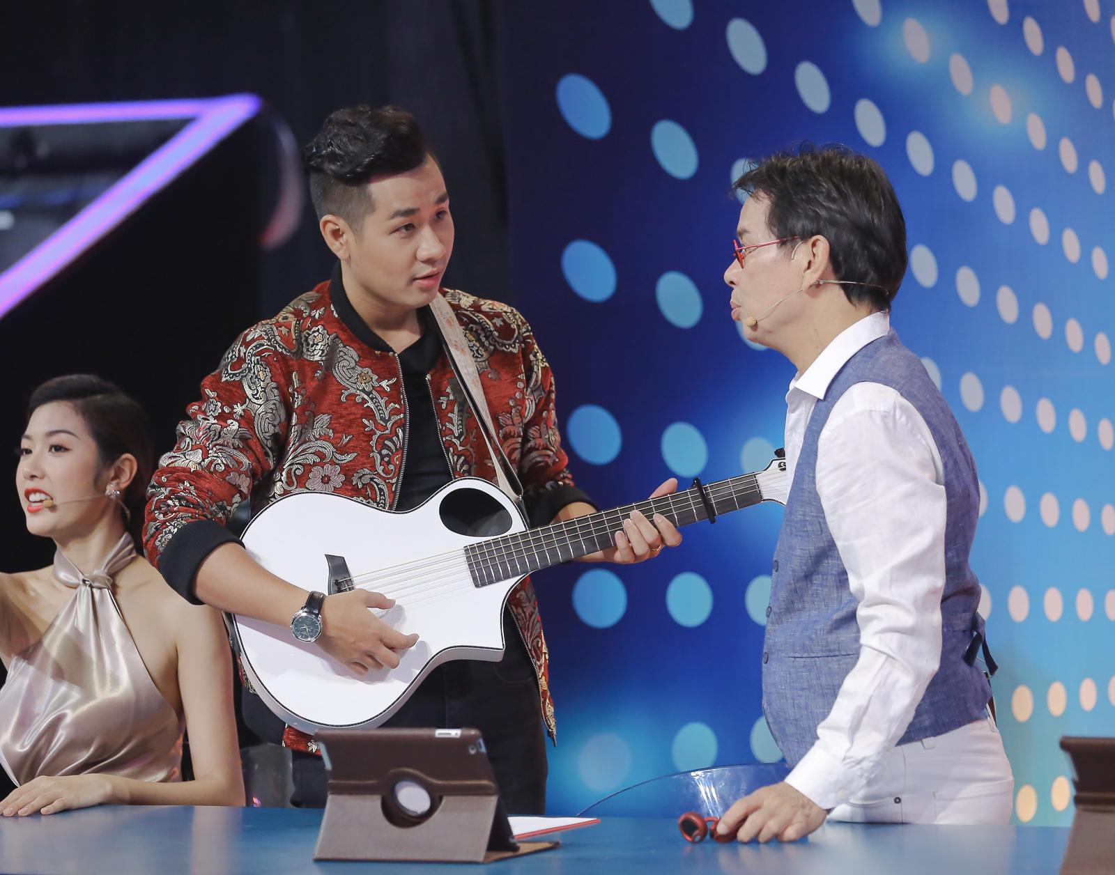MC Nguyên Khang điển trai như soái ca trên sân khấu Người hát tình ca 7