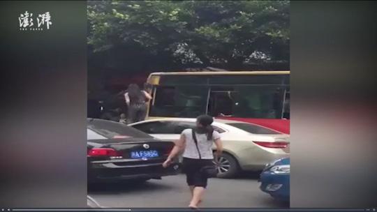 Người phụ nữ nhảy lên ca-pô, trèo vào cửa sổ đánh tay bo với tài xế xe buýt sau va chạm 1