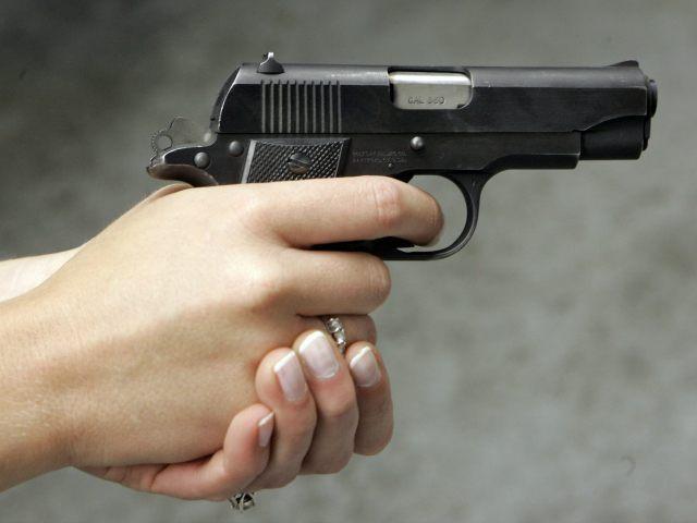 Chồng bắn chết vợ vì nấu bữa tối muộn 1