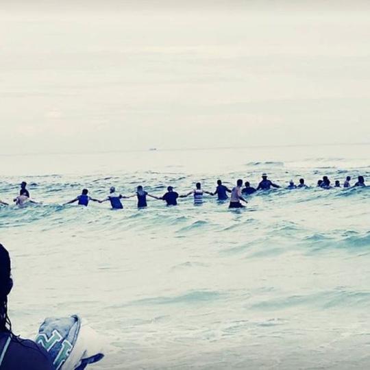 80 người kết hàng rào sống cứu gia đình gặp nạn ở biển 1