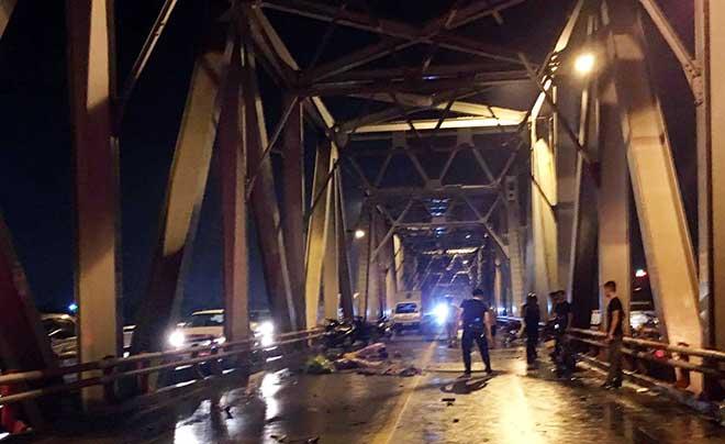Tai nạn nghiêm trọng xe máy lao vào làn ô tô trên cầu Chương Dương, 3 người tử vong  2