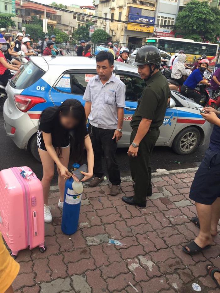 Clip sốc: Cô gái xinh đẹp quỵt tiền taxi, kéo theo bình khí, hít bóng cười rồi vạ vật giữa đường phố Hà Nội - Ảnh 3.