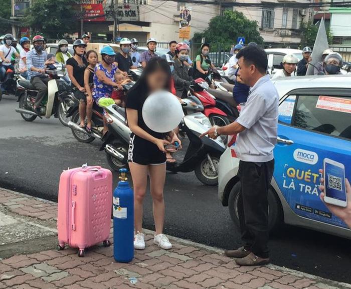 Clip sốc: Cô gái xinh đẹp quỵt tiền taxi, kéo theo bình khí, hít bóng cười rồi vạ vật giữa đường phố Hà Nội - Ảnh 2.