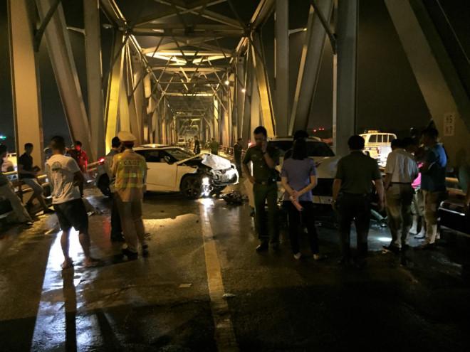 Tai nạn nghiêm trọng xe máy lao vào làn ô tô trên cầu Chương Dương, 3 người tử vong  1