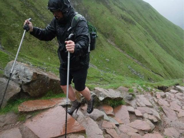 Đi giày cao gót chinh phục đỉnh núi cao nhất nước Anh, nam sinh 19 tuổi làm nên điều bất ngờ 1