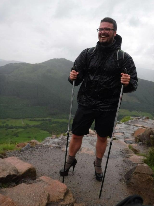 Đi giày cao gót chinh phục đỉnh núi cao nhất nước Anh, nam sinh 19 tuổi làm nên điều bất ngờ 2