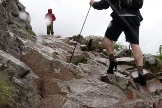 Hình ảnh Đi giày cao gót chinh phục đỉnh núi cao nhất nước Anh, nam sinh 19 tuổi làm nên điều bất ngờ số 3