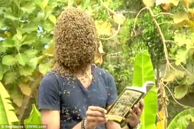 Kinh dị người đàn ông để 60.000 con ong bu kín mặt vẫn bình thản đọc sách 3