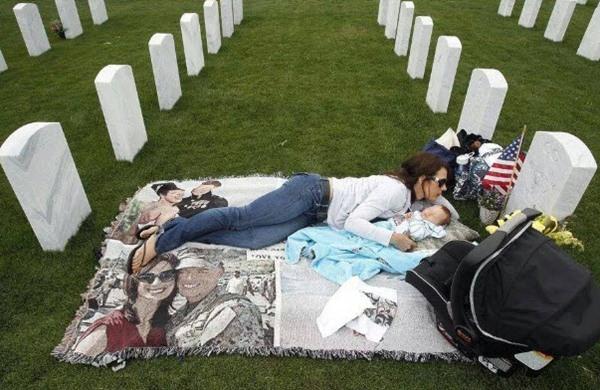 Mẹ trẻ ôm con sơ sinh nằm cạnh nấm mồ xanh cỏ mỗi ngày và câu chuyện rơi nước mắt 1