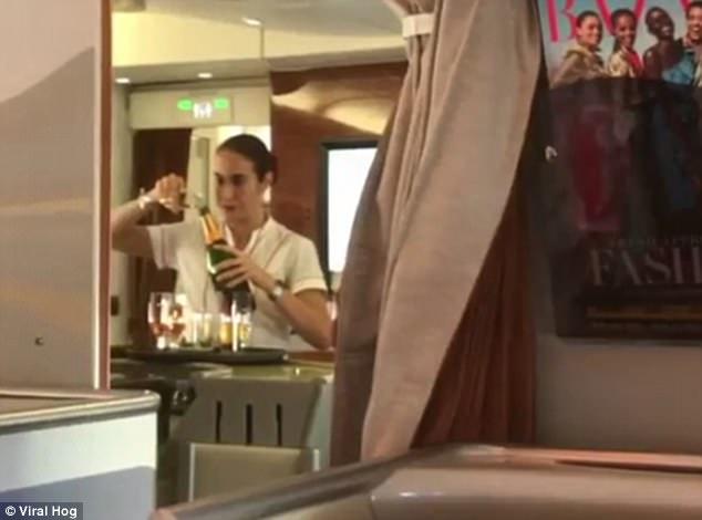 Nữ tiếp viên hàng không hãng Emirates bị bắt gặp rót rượu vang còn thừa ngược vào chai trên khoang VIP 2