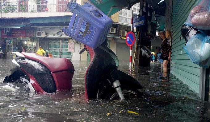 Hình ảnh Hoàn lưu bão số 2 gây mưa lớn, Hà Nội phố cũng như sông số 3