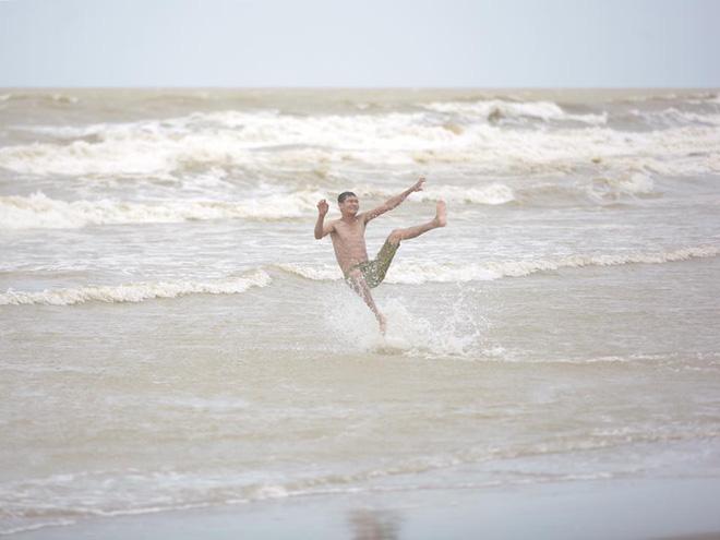 Hình ảnh Chùm ảnh: Bất chấp sóng to gió lớn sau bão số 2, nhiều gia đình vẫn đưa trẻ em ra tắm biển Cửa Lò số 4
