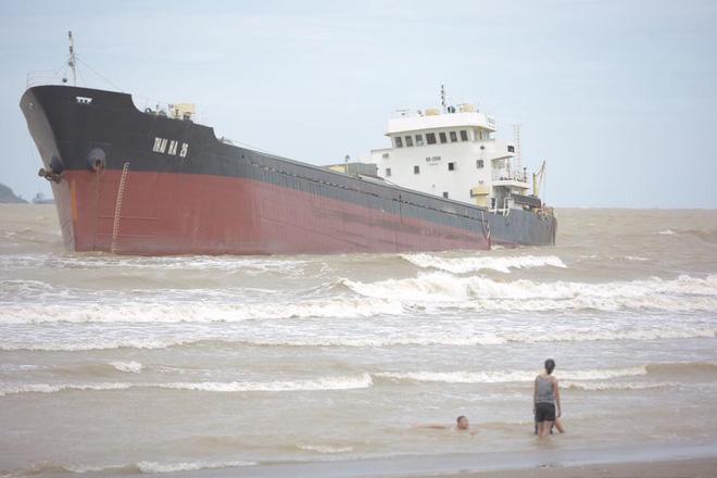 Hình ảnh Chùm ảnh: Bất chấp sóng to gió lớn sau bão số 2, nhiều gia đình vẫn đưa trẻ em ra tắm biển Cửa Lò số 10