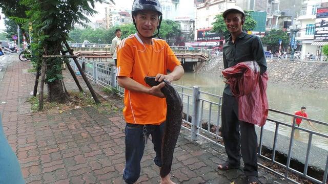 Hình ảnh Tan bão, người dân Thủ đô vác ngư cụ ra sông Tô Lịch bắt cá số 1