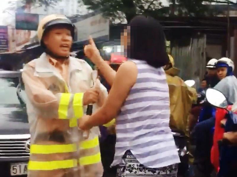Nữ tài xế túm cổ, lăng mạ CSGT còn hành hung cả người quay clip 1