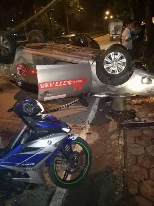Hà Nội: Taxi lật ngửa sau va chạm, 1 người tử vong 1