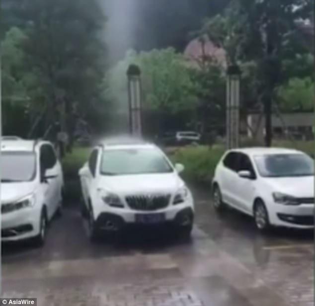 Hy hữu cảnh mưa rơi thành cột thẳng đứng ở Trung Quốc 1