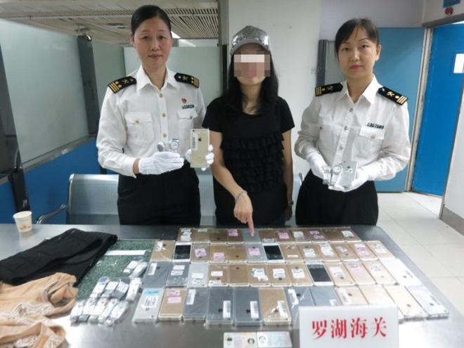 Một phụ nữ bị bắt vì buôn lậu hơn 100 chiếc iPhone và đồng hồ Tissot bằng cách quấn quanh cơ thể 2