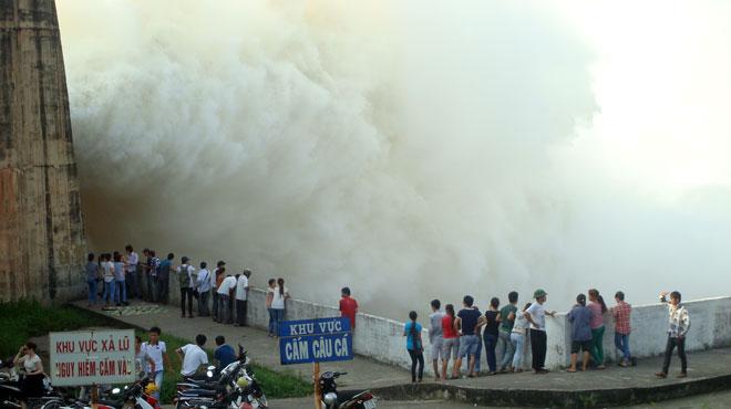 Thủy điện Hòa Bình xả lũ: Cấm người dân lại gần chụp ảnh, quay phim 2
