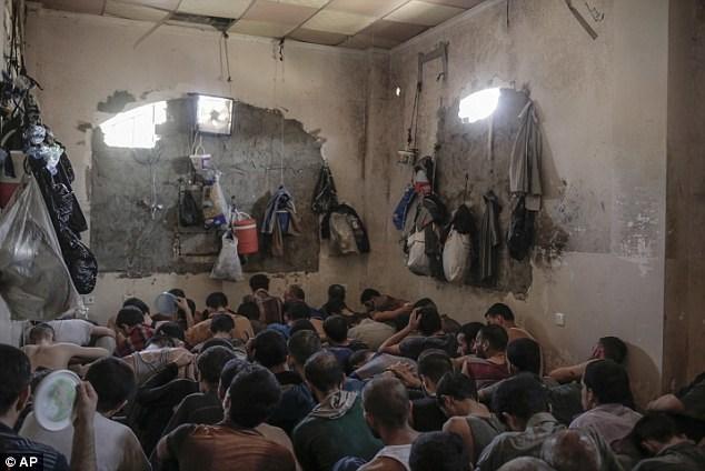 Hình ảnh Tù nhân IS bị nhồi nhét trong nhà tù chật chội, bẩn thỉu ở Mosul số 2