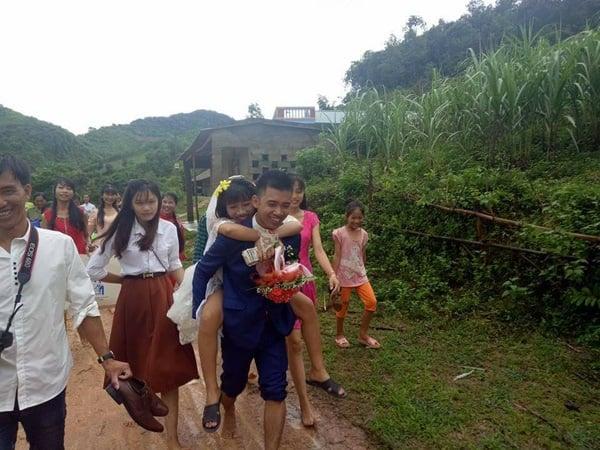 Hình ảnh Đám cưới ngày bão chủ rể rạng rỡ cõng cô dâu qua đường ngập nước và bùn số 3