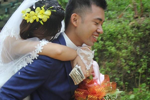 Hình ảnh Đám cưới ngày bão chủ rể rạng rỡ cõng cô dâu qua đường ngập nước và bùn số 2