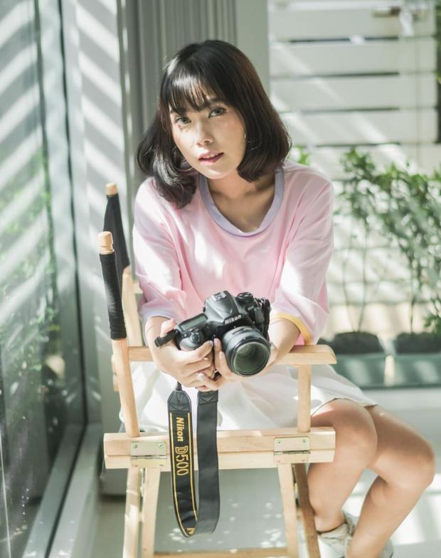 Danh tính nữ phóng viên xinh đẹp với dàn máy